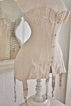 schitterende zijdelinnen lingeriebuste  sfeervol wit