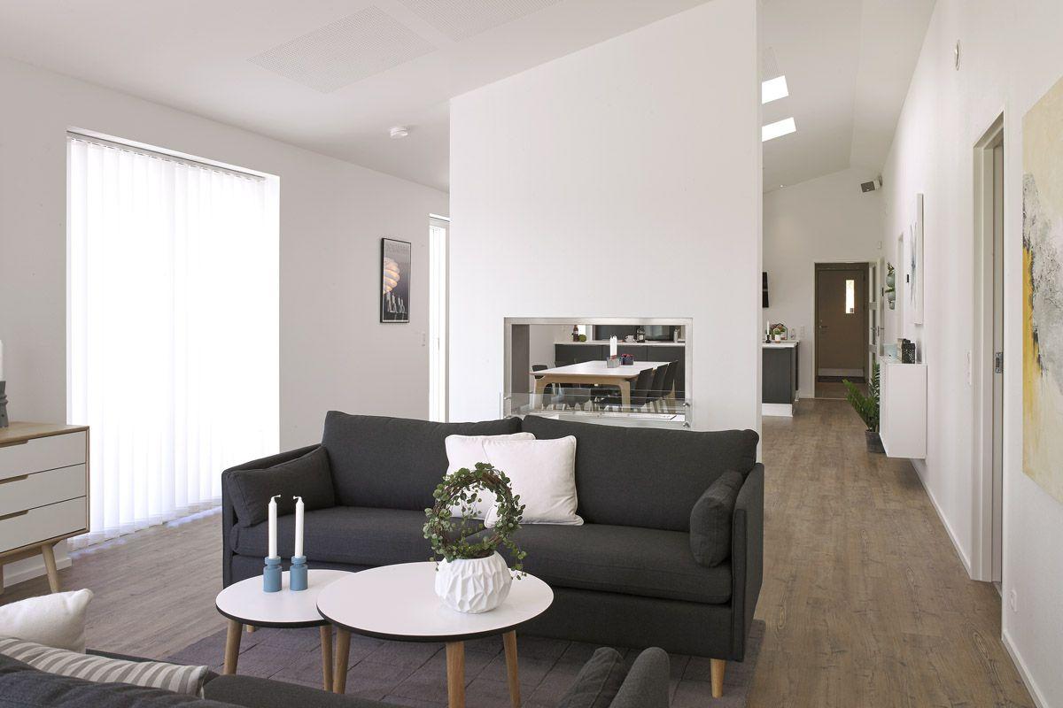 Hyggelig stue i moderne stil med gennemgående biopejs. | Birkehaven ...