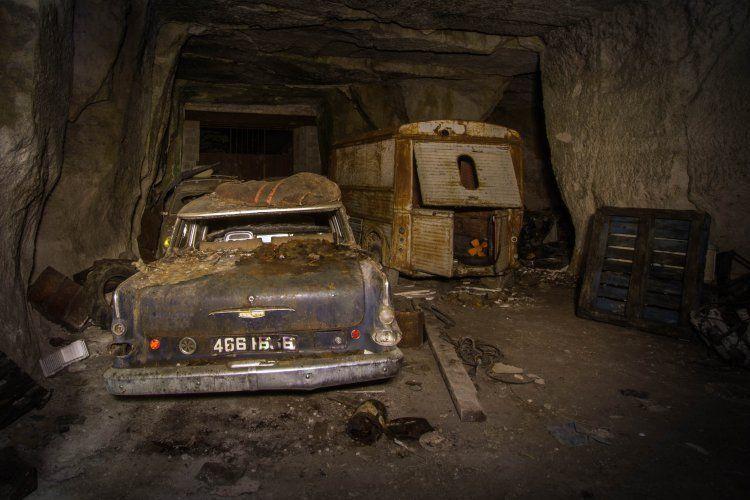 Oude auto,s ontdekt . vermoedelijk in de tweede oorlog bewaard