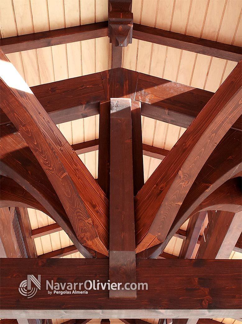 Detalle de estructura de vigas de madera de pino laminada para cubierta a 2 aguas con lucernario - Estructura madera laminada ...