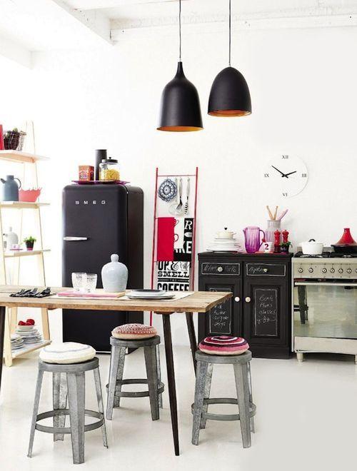 cocina, de acentos industriales, con frigorífico vintage, paredes y suelo de resina epoxi blancos