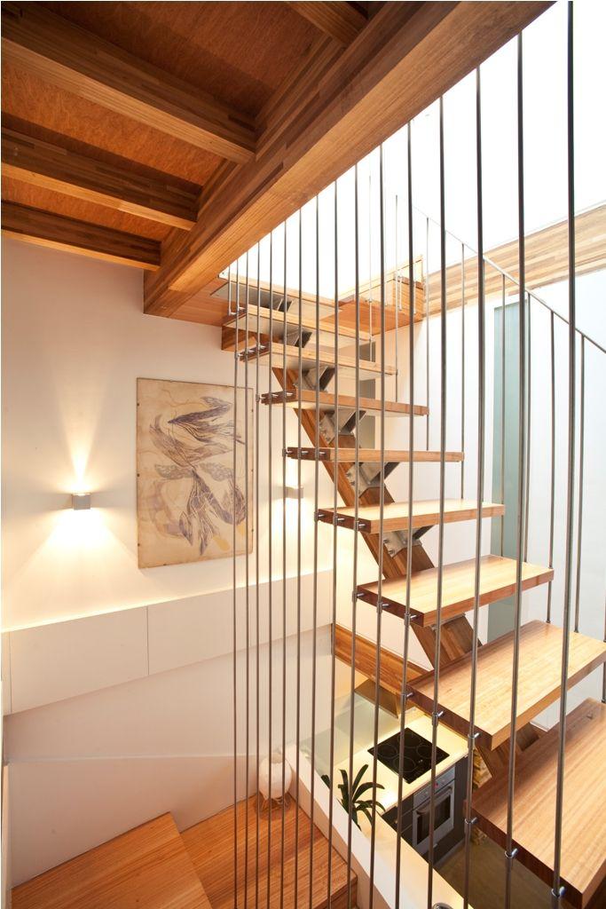 casa santiago escaleras madera barras acero