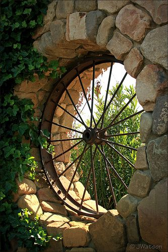 The use of old wagon wheels fascinates me.  This is an awesome look.