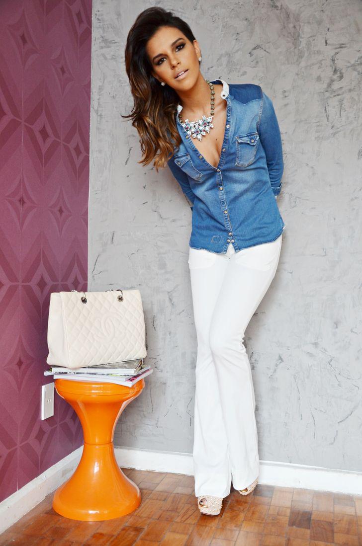 a58fd025c3 Foco  calça branca + camisa jeans