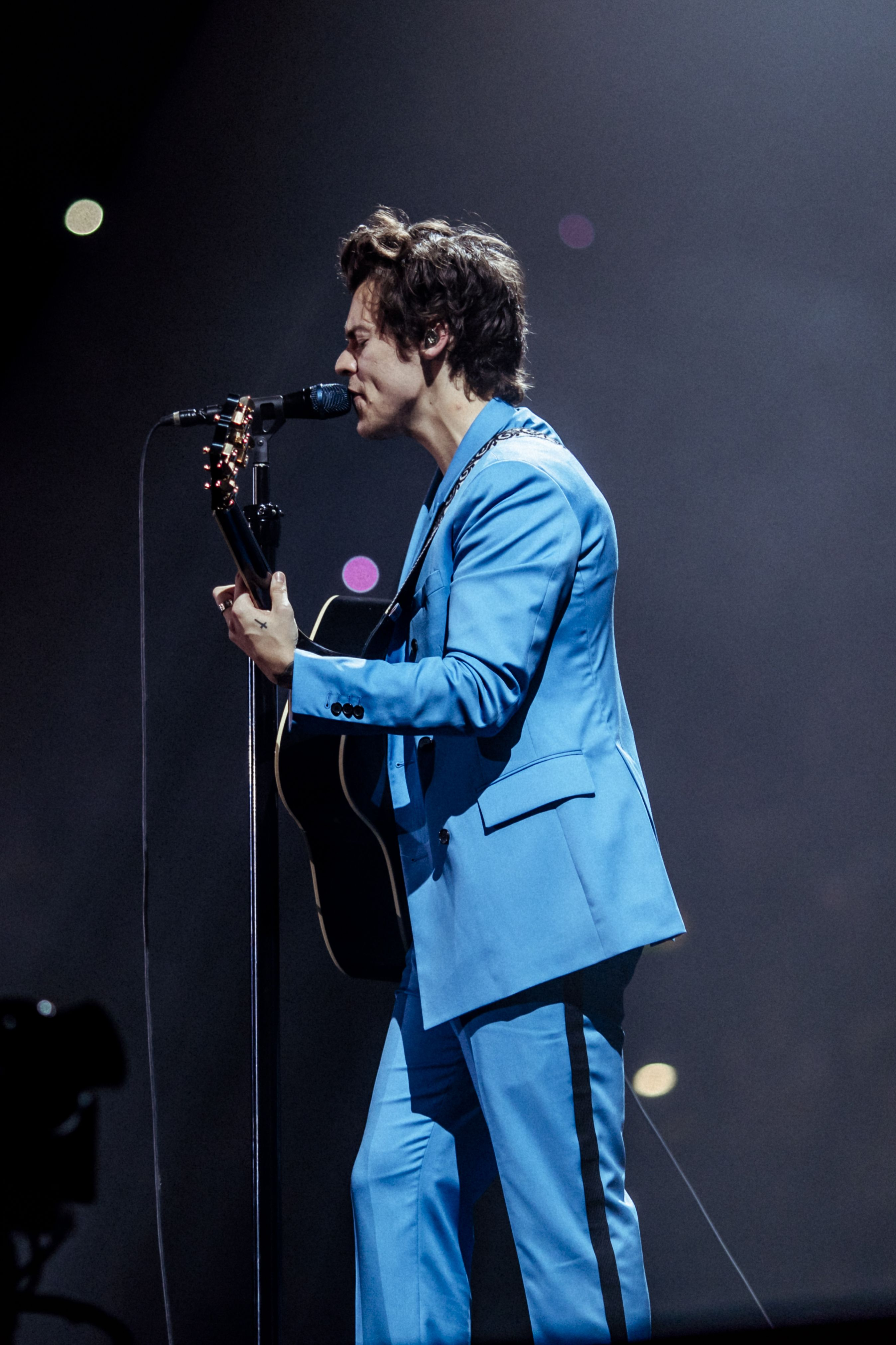 On Stage Style Harry Styles Wore A Calvinklein 205w39nyc Blue
