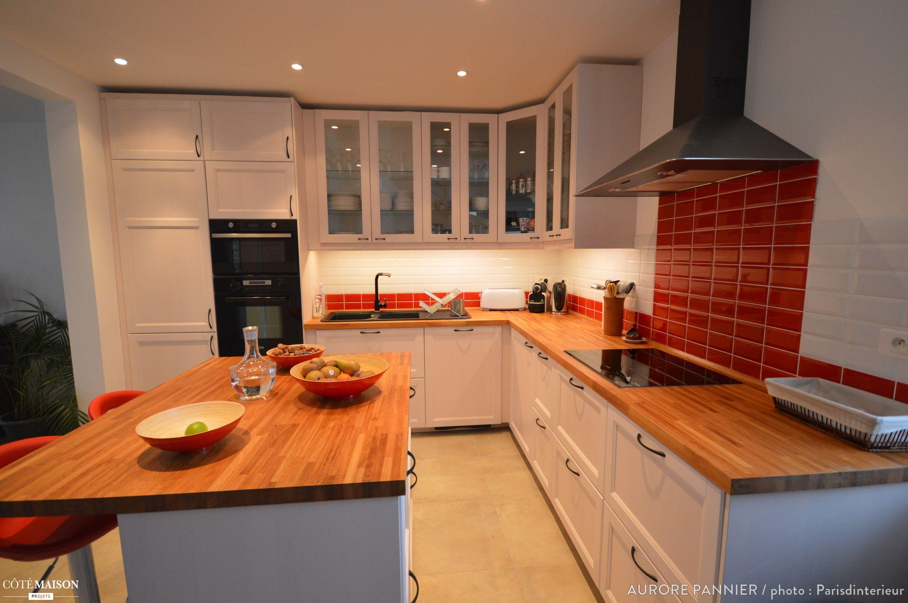 cuisine r nov e esprit campagne chic avec plan de travail en bois et meubles blancs home. Black Bedroom Furniture Sets. Home Design Ideas