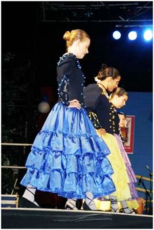 Traje-tipico-malaga-malagueña: I love the shape of the skirt, it reminds 1850 crinoline without the circles!/DB