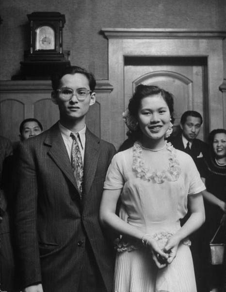:: โต๊ะสวนฯ King Phumiphon Aduldet and his fiancee Princess Sirikit. Location: Lausane, Switzerland  Date taken: 1949  Photographer: Dmitri Kessel