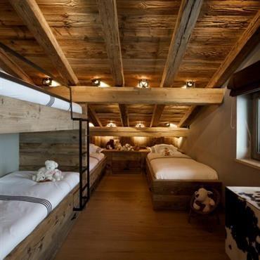 Dortoir pour enfants avec lits montagne superpos s en vieux bois et poutres apparentes chalet for Objets de decoration de luxe