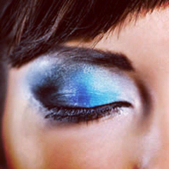 Consejo de la semana:  Look primavera: OJOS  sombreados y delineados con colores veraniegos,  azul, celeste y turquesa... Sin olvidarnos del clásico Black para enmarcar bien la mirada ....  Ya sabes q si necesitas más conocimientos, o prefieres q te asesore ..estaré encantada de poder ayudar a potenciar tu belleza !! Llama y coge tu hora!  Amalia Barnes #Makeup #Barcelona #igersbcn #love #like4like #happy #blue #eyes #maquillaje #cursos #cursosdeautomaquillaje