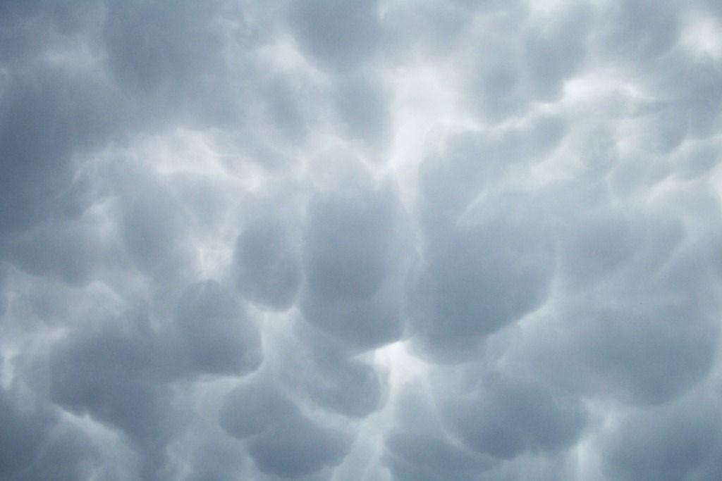 Mosbolletjie clouds just before a lightning storm