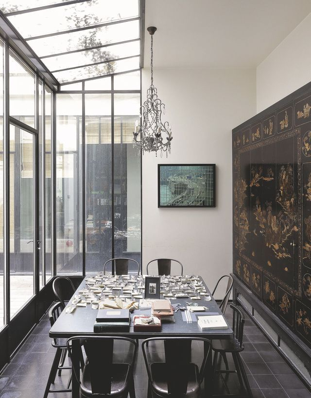 La salle à manger sous verrière de cet appartement est baignée de lumière. Plus de photos sur Côté Maison : http://bit.ly/1KCqDOW