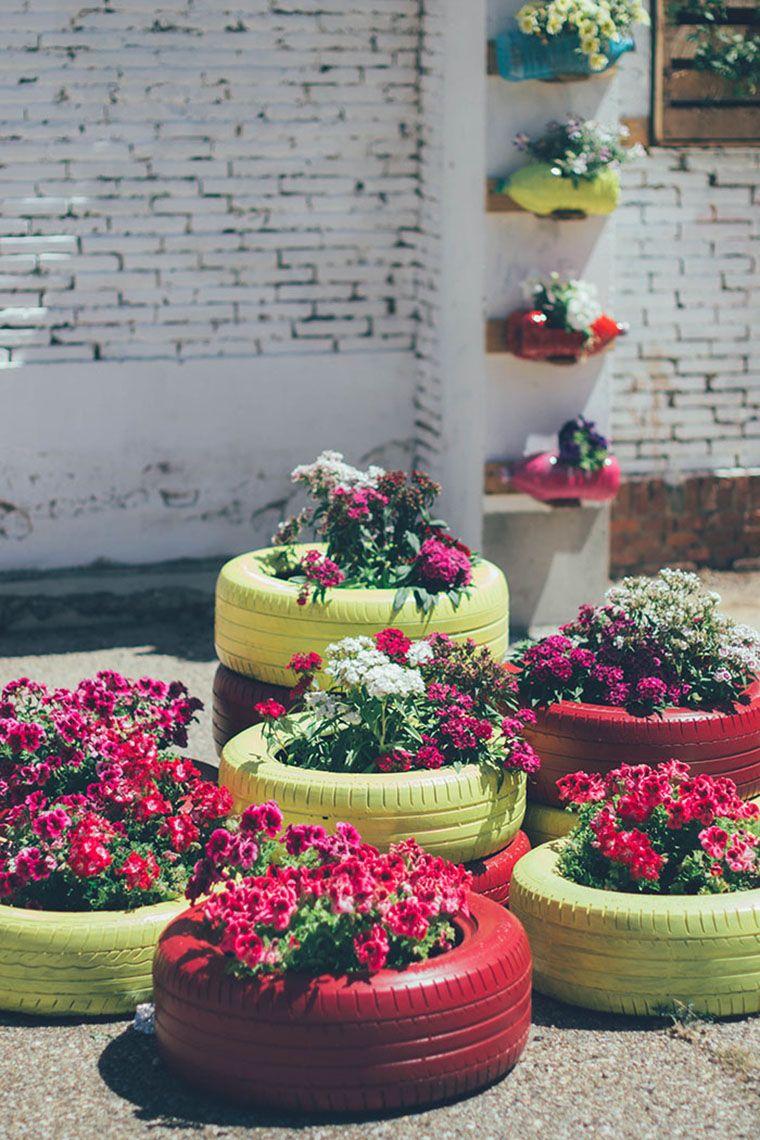 Garden decor with tyres  Inspiração de jardim para uma parede sofrida  Gardens Garden ideas