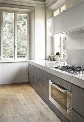 #reforma #cocina en vivienda rehabilitada, muebles color gris, encimera blanca, suelo parquet.