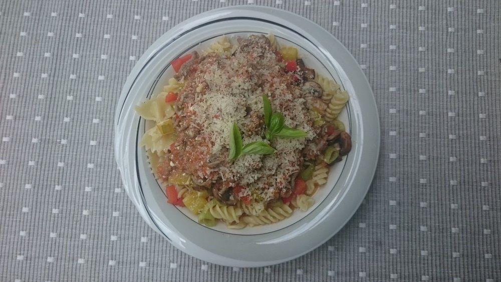 Recept van #Overkruiden: #pasta met gehakt en een tomaten-yoghurtsausje. Lekker fris met Griekse yoghurt!