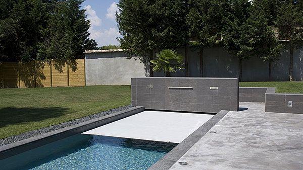 La sécurité de cette piscine est assurée par une très discrète - plan maison avec tour carree