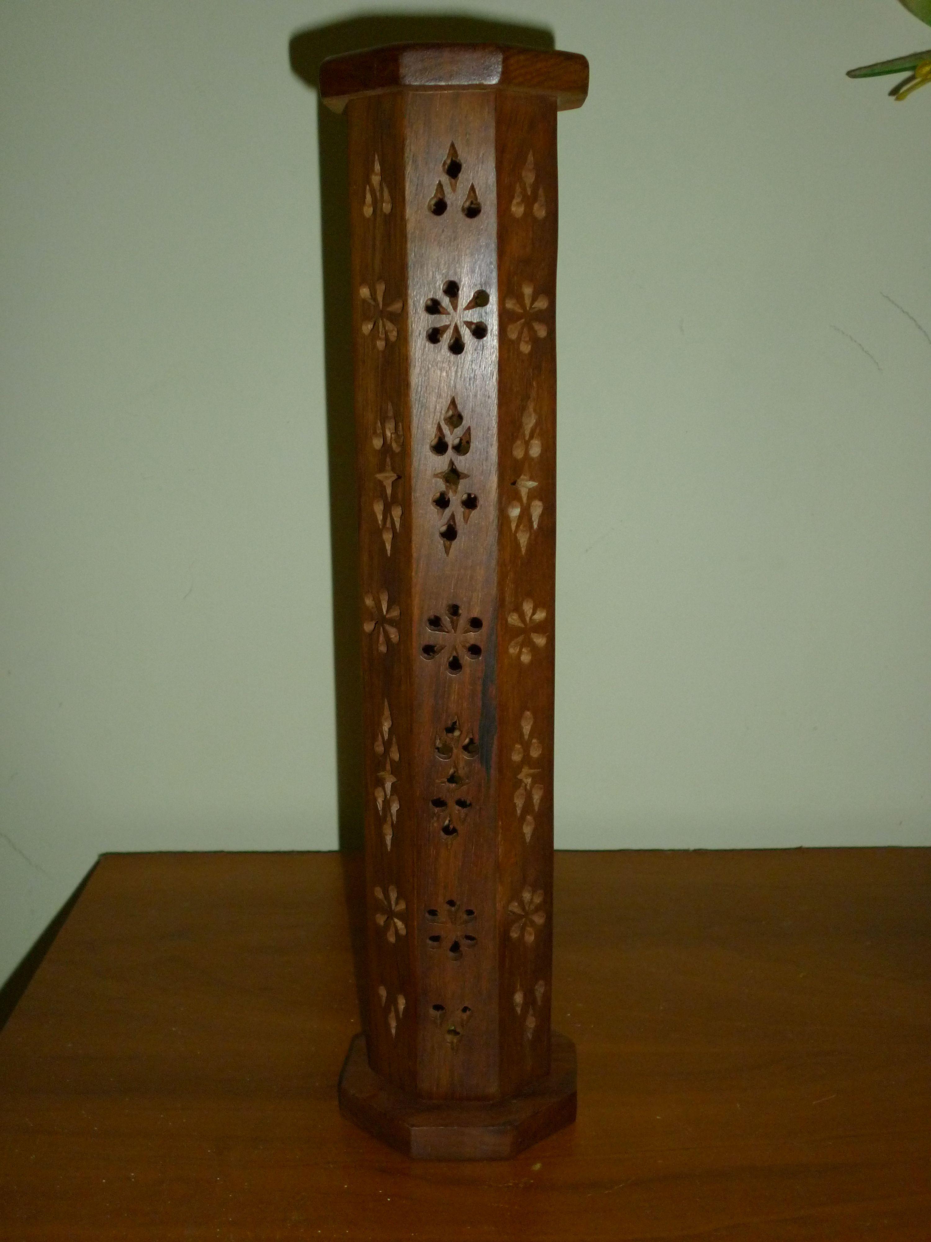 297bf635738 Porta Incienso o Brisera de Madera con detalles tallados a mano, consta de  2 piezas, base para 4 inciensos y tapa (Foto 1)