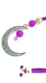 Colgante en forma de luna de ante morado //  Moon shaped pendant purple suede