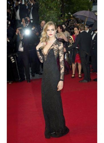Cara Delevingne    Look de star Glamour    Cara Delevingne super sexy en robe de soirée noire et dentelle Burberry.