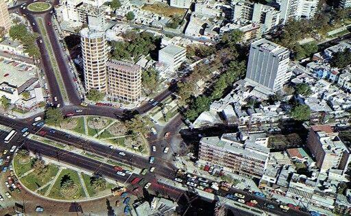 Vista aérea de la desaparecida Glorieta de Insurgente en los cruces actuales de Insurgentes Sur, Río Mixcoac y José María Rico. Actualmente la mayoría de los edificios existe.  Año de 1974