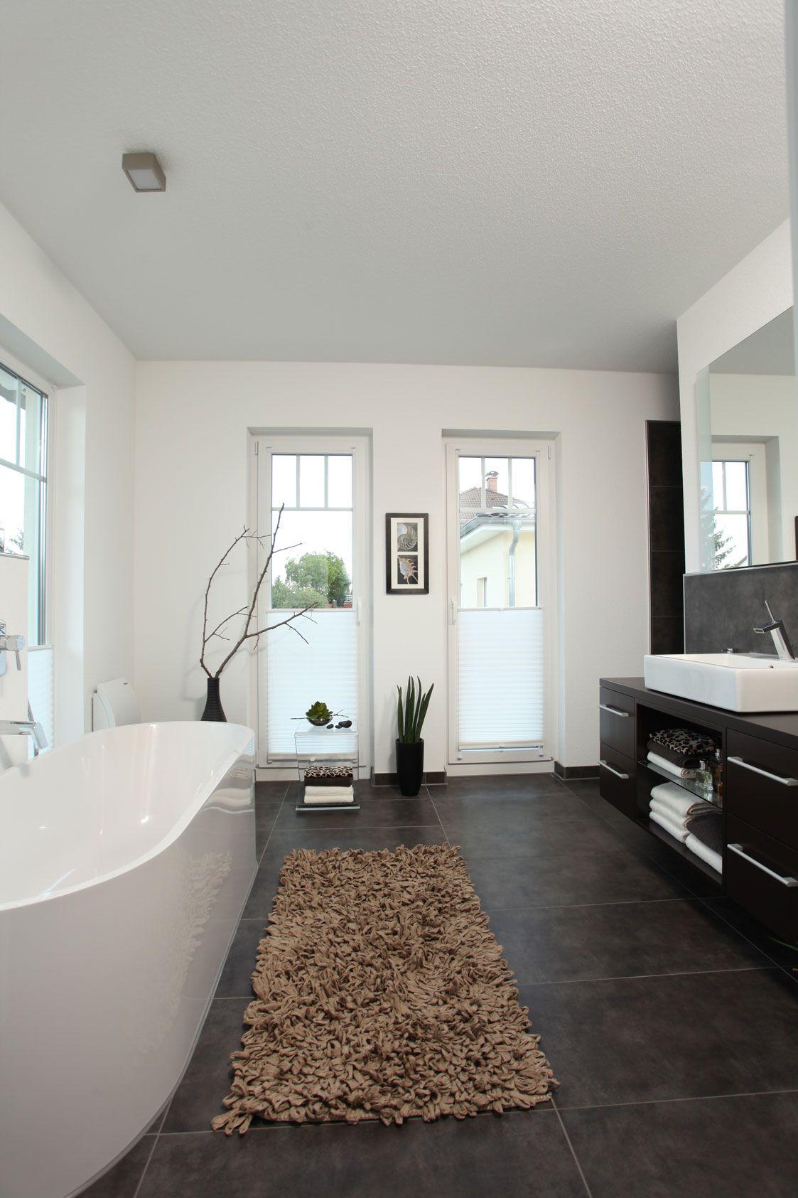 Moderne innenarchitektur badezimmer  Badezimmer mit freistehender Badewanne | Stadtvilla - Markant ...
