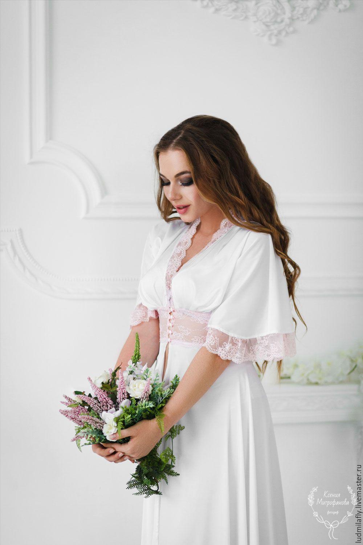 Купить или заказать  Лепесток орхидеи  - белый длинный пеньюар с  нежно-розовым кружевом 5f6f6c19dcac7