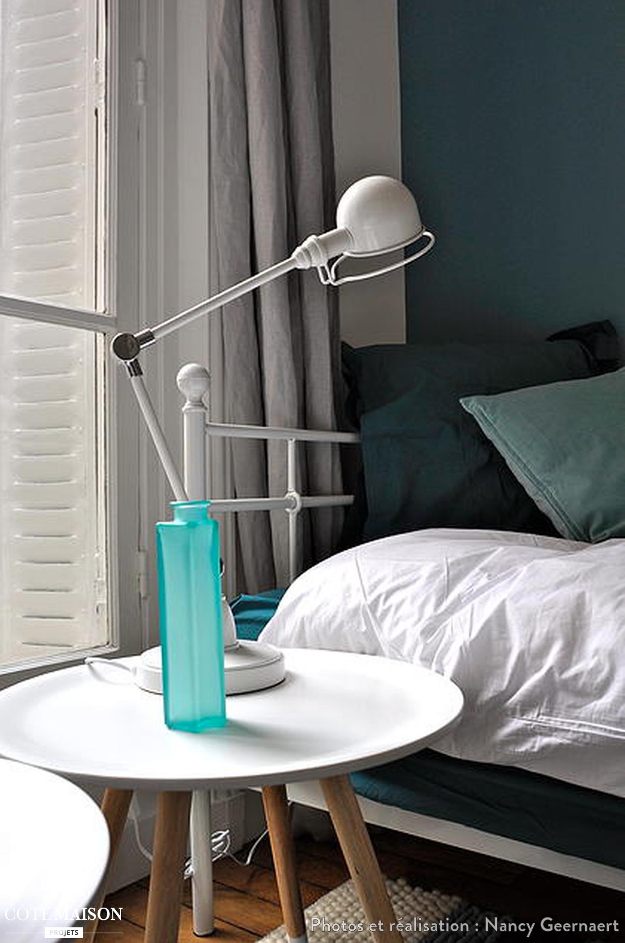 Une chambre cosy avec petite table basse scandinave