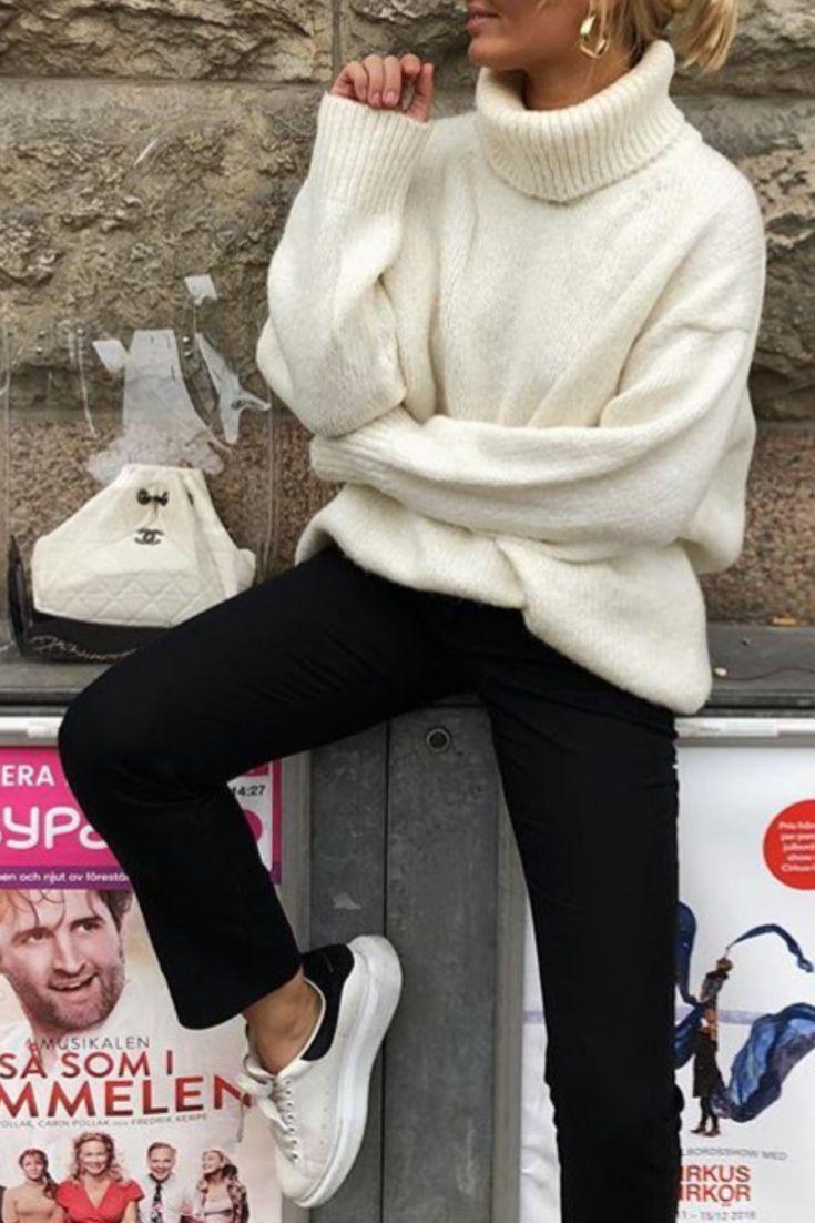 Schwarze und weiße Freizeitmode für den Herbst / Winter mit beigem Rollkragenpullover, schwarzen Hosen und Sneakers von Alexander Mcqueen – Mode Trend