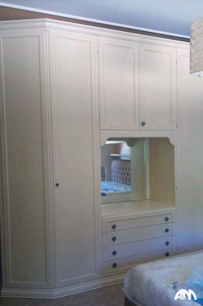 Armadio a muro di colore bianco montato in una camera da letto al ...