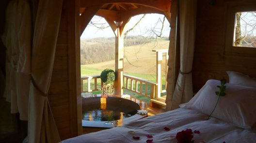 Romantic Treehouse in France