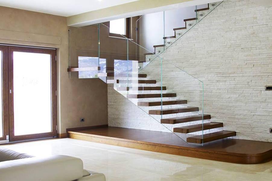 Scala asbalzo con parapetto in vetro trasparente scale a sbalzo