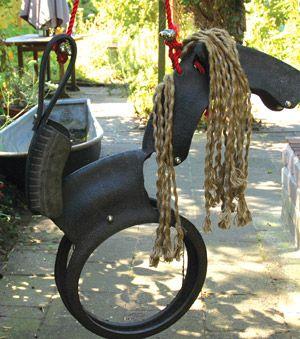 balan oire cheval pour enfant en pneu recycl m tal et corde au jardin pinterest. Black Bedroom Furniture Sets. Home Design Ideas