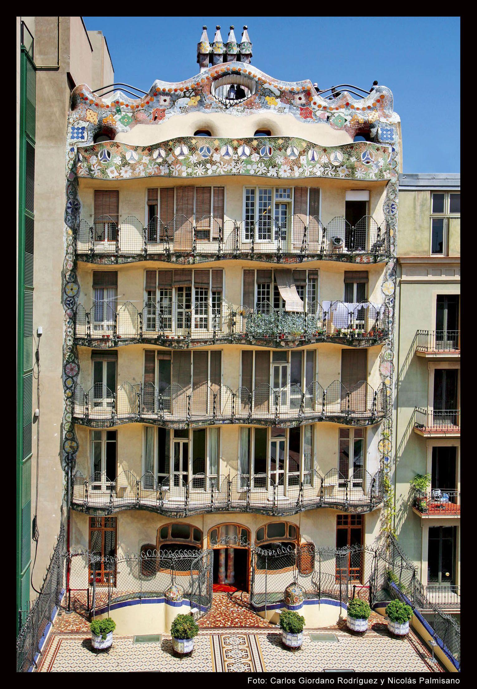 dosdeartefachadacasabatllo  Antoni Gaudi en 2019
