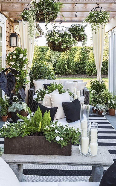 Fleurs blanches et feuillages pour une décoration de terrasse zen ...