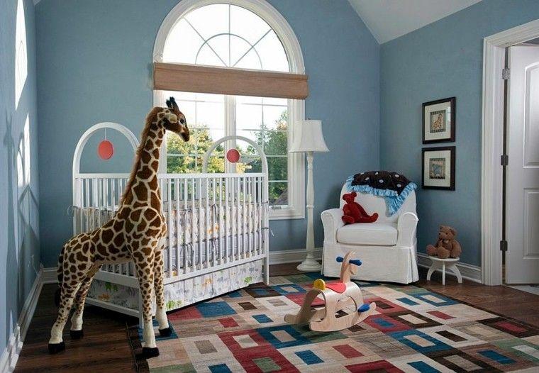 alfombra de colores vibrantes y sillón blanco en la habitación del - sillones para habitaciones