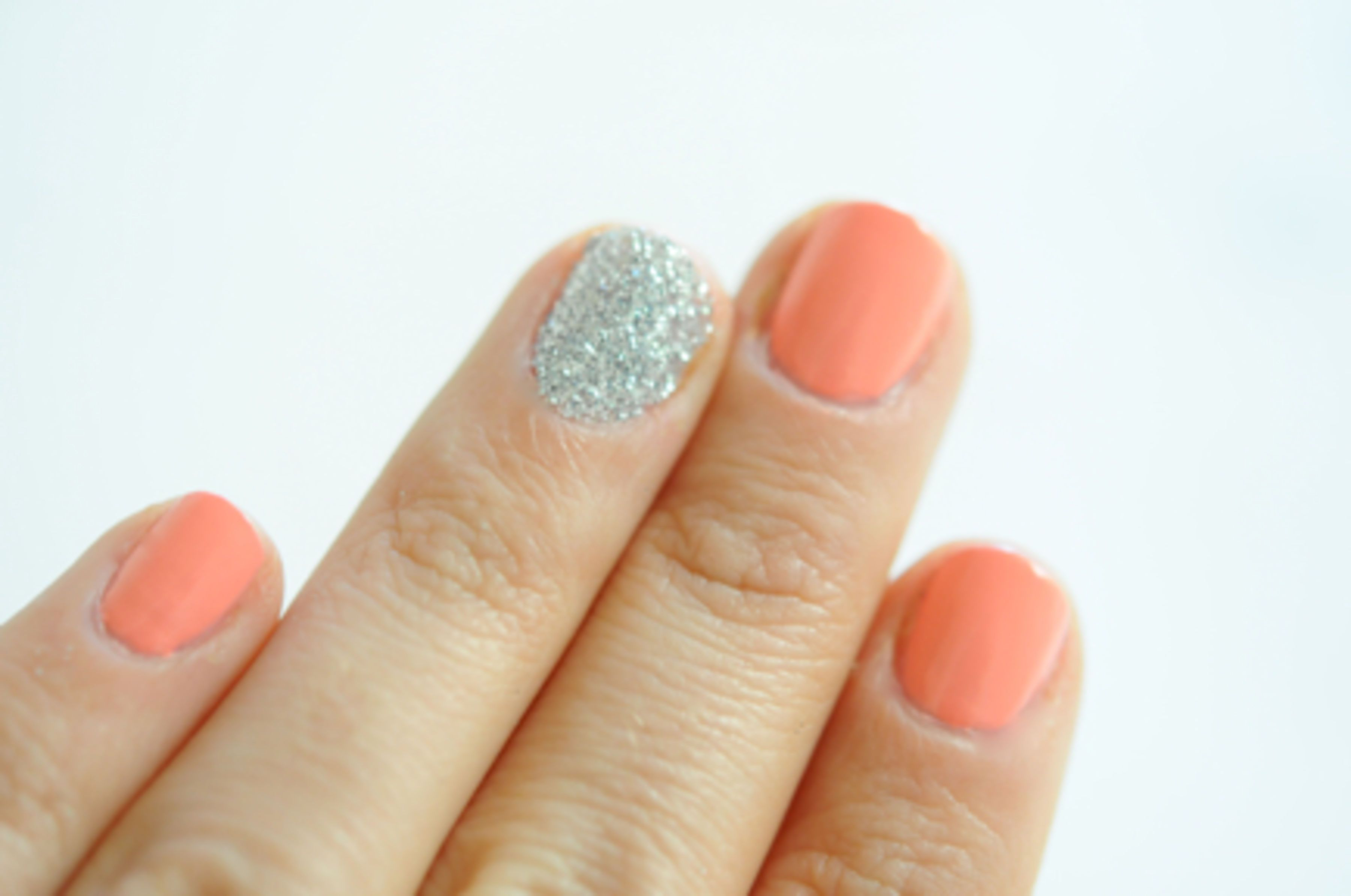 Discover how to use loose glitter on your nails with our