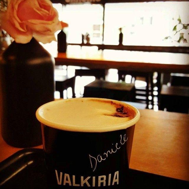 """Um exercício que a gente curte: começar o dia com um elogio! """"Delícia de café e atendimento 10!"""" Quem vem conferir? Foto: Danielle Nectoux Machado #area51 #cafeina #cafeinados #cafesespeciais #carlosgomes #coffee #coffeelovers #coffeeshop #coffeetogo #portoalegre #takeawaycoffee #valkiriacafe #VLK #vlkcafe by valkiriacafe"""