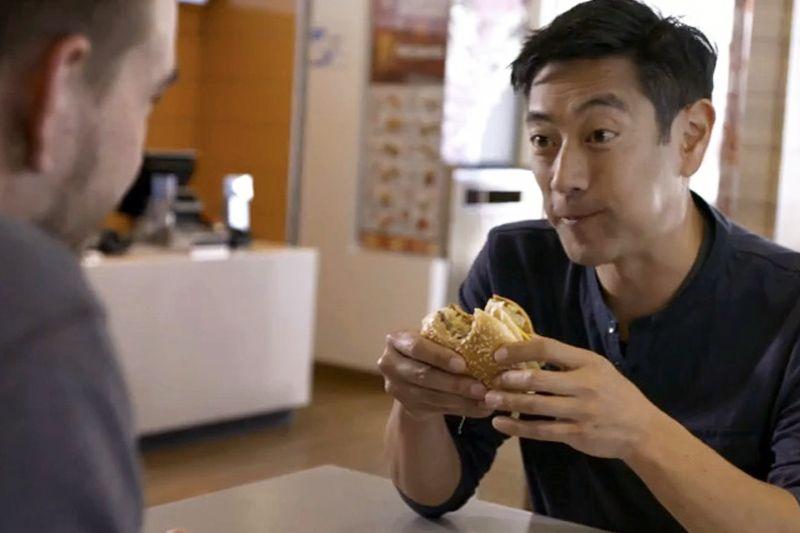 """McDonald's contrata """"caçador de mitos"""" para negar """"gosma rosa"""" em nuggets - http://chefsdecozinha.com.br/super/noticias-de-gastronomia/mcdonalds-contrata-grant-imahara-para-negar-gosma-rosa/ - #GosmaRosa, #GrantImahara, #McDonalds, #OurFoodYourQuestions, #Superchefs"""