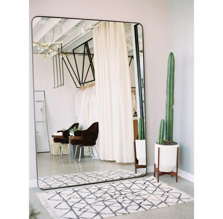 Mooi voor in huis een grote spiegel tegen de wand  HOME