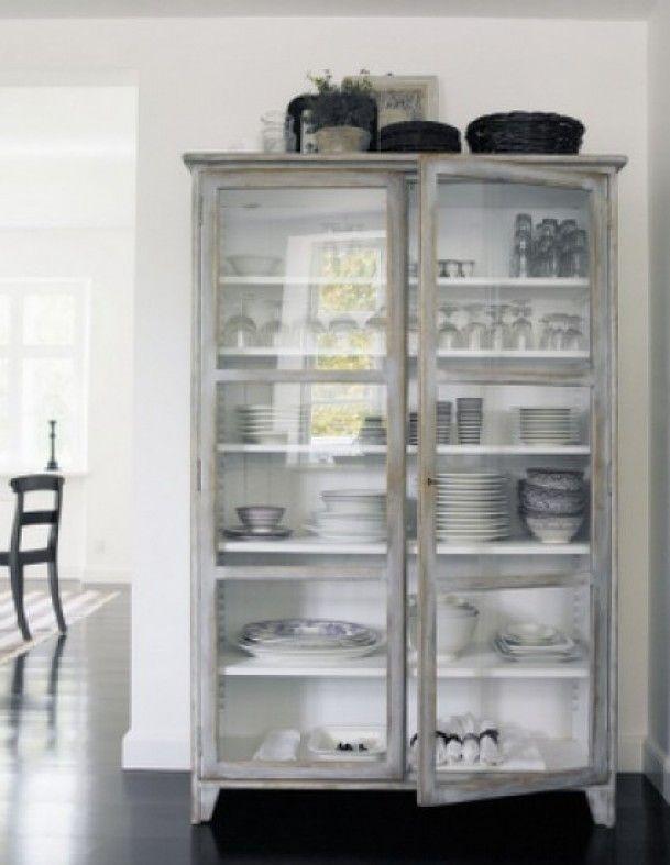 Interieurideeën | mooie vitrinekast stoer en toch vleugje brocante: bij www. Door jennekekr