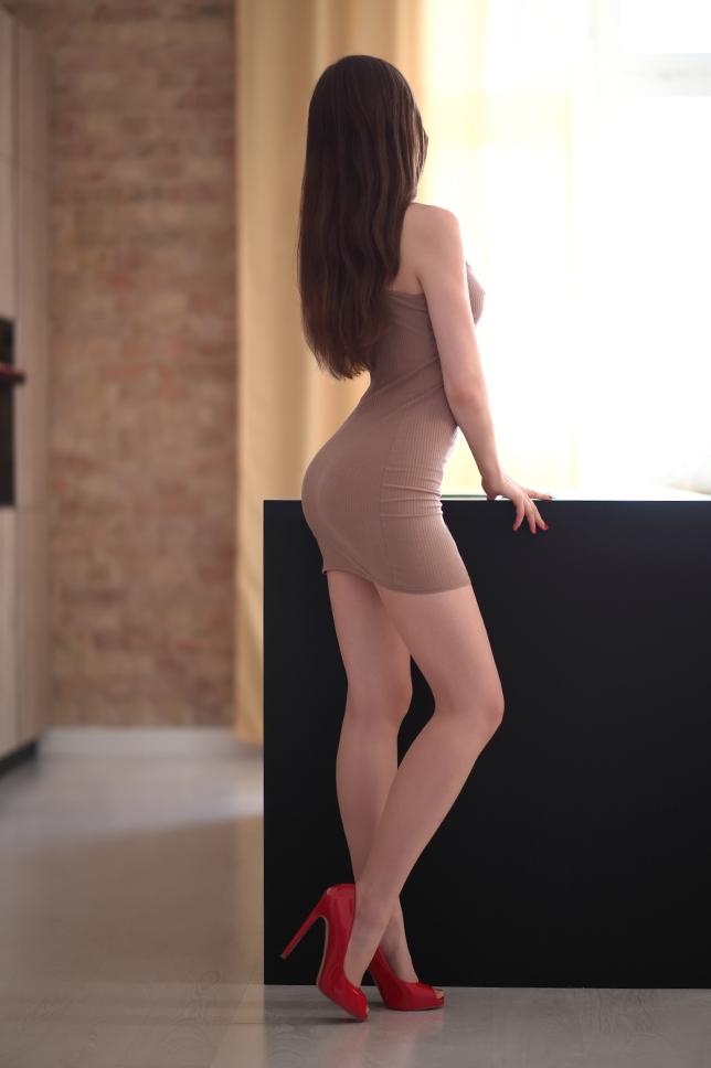 Bezowa Obcisla Sukienka Cieliste Ponczochy I Czerwone Szpilki Ari Maj Personal Blog By Ariadna Majewska