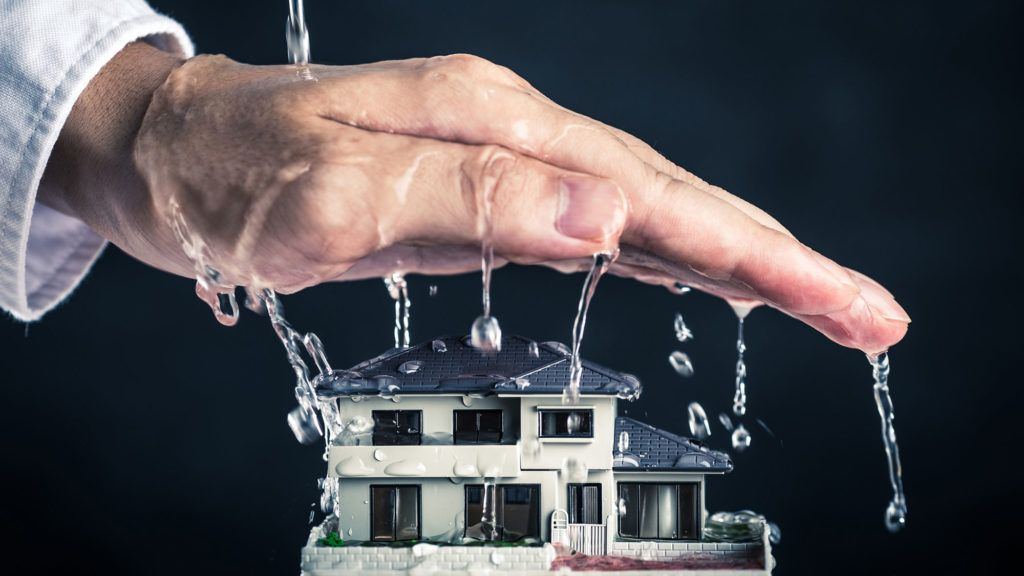 Does homeowners insurance cover water damage and roof