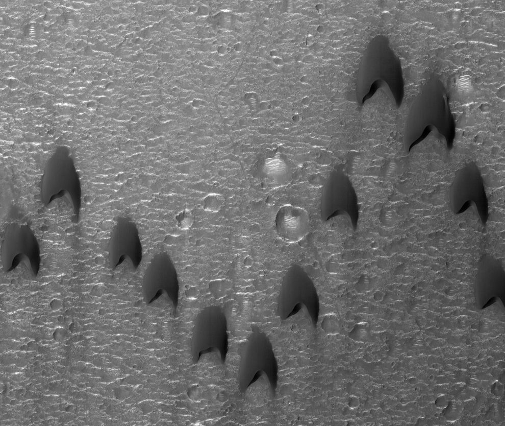 It looks even stranger zoomed out. | These Sand Dunes On Mars Look Weirdly Familiar