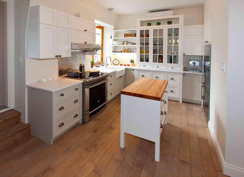 Cuisine de style rustique chic en bois shaker laqu blanc - Cuisine relookee grise ...