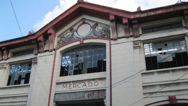 Esplendor y decadencia en Cuatro Caminos - La fachada principal del mercado antes de su cierre. Los cristales rotos reflejan el descuido que padecía el espacio cuando aún seguía abierto