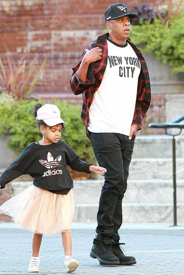 Jay-Z wearing Roc Nation the Crown Original Old School Snapback ... 343467d6cb24