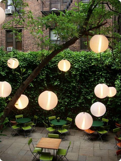 Merveilleux Paper Lanterns Hung From Tree Branches   Idea For When Entertaining In The  Back Courtyard