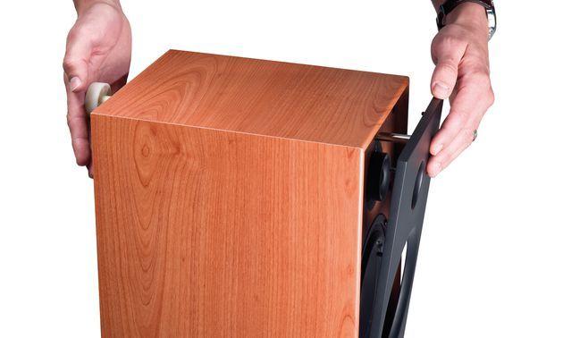 austauschbar: Die Frontblende löst man mit einem Spezial-Tool, das durch eine Öffnung auf der Rückseite gesteckt wird.