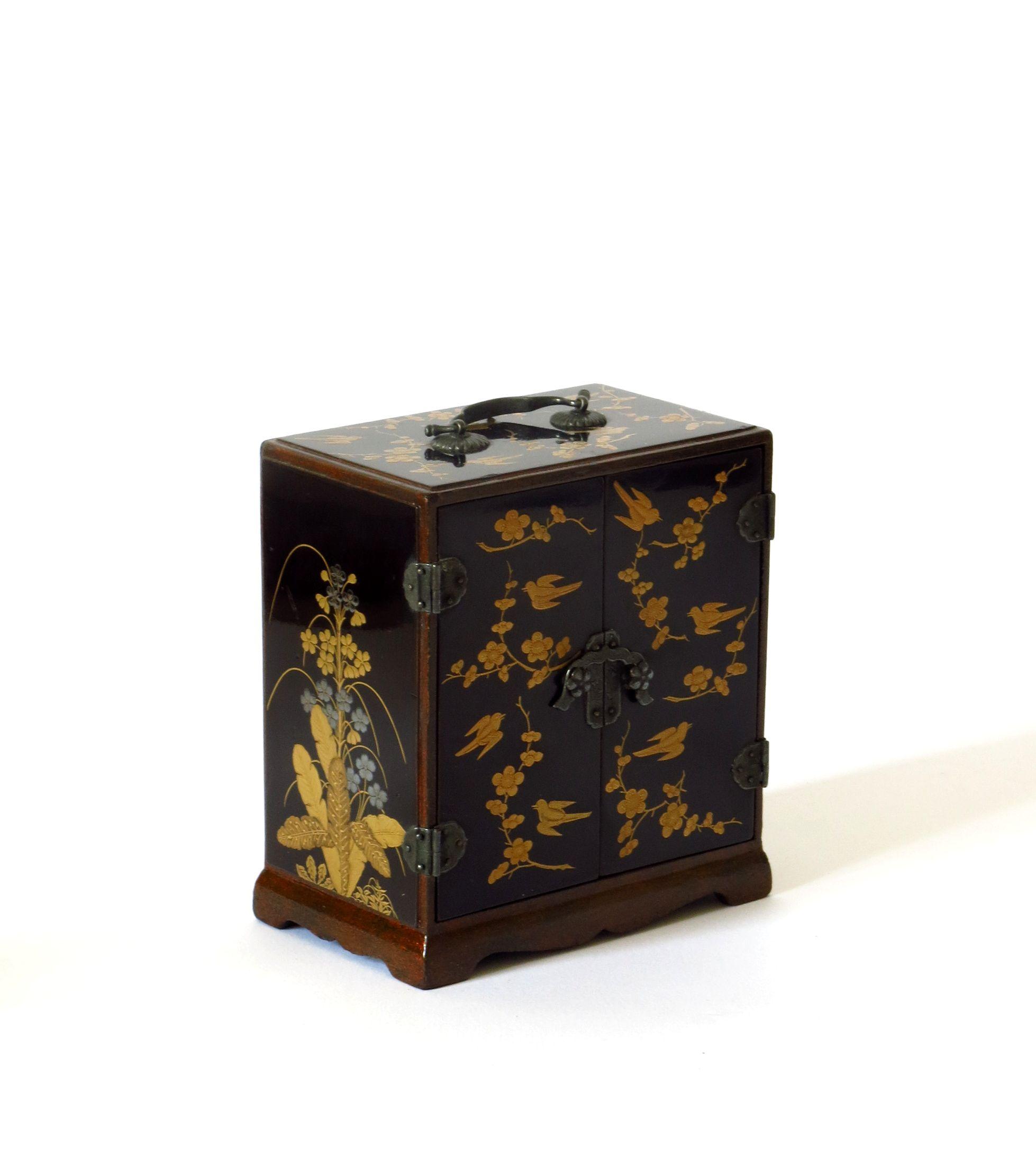 Petit Cabinet En Laque Deco Japonaise Meubles Japonais Decoration Interieure