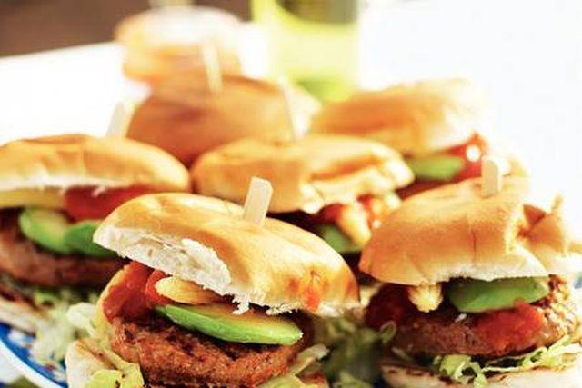 Medemblik - Vandaag gaan wij een uitstapje maken naar Mexico voor ons menu van de dag. Wij eten Mexicaanse hamburgers. Geeft u deze burgers ook aan uw kinderen? Vervang dan de pepertjes voor tomate...
